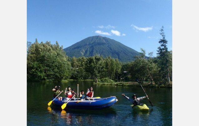 羊蹄山の湧水の池でラフティングツアー。Photo:Youtei Outdoor