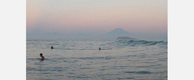めったに立たない鎌倉の台風ウェイブ。自分の生まれ育ったところ、それも普段あまり波が立たないところで良い波に当たることは格段うれしい。混雑する前にと朝4時に家を出て15分ほどパドルアウトしたころ、やっと波が見えるくらいの明るさになって、ぼんやりとピンク色に浮かび上がる富士山の美しさ。昔からここで波に乗るレジェンドたちのサーフィンを見ながら、私もその歳になったら好きな波に乗らせてもらえるよう、それまでがんばって体力とモチベーションをキープしようと決心した。写真:岡崎 友子