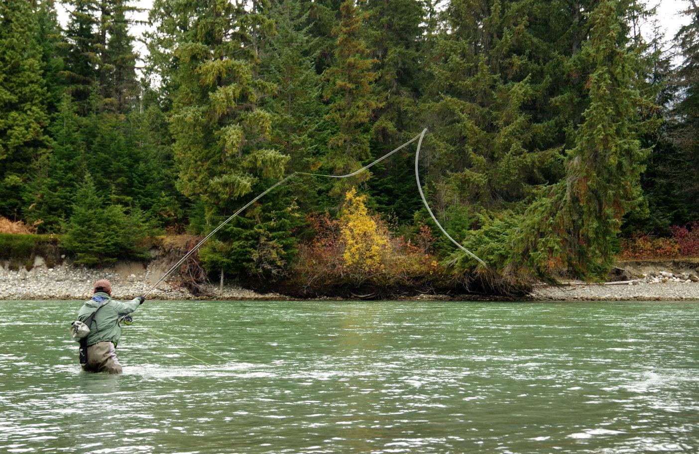ケイラム川でキャスティングを繰り返す。写真:足立信正
