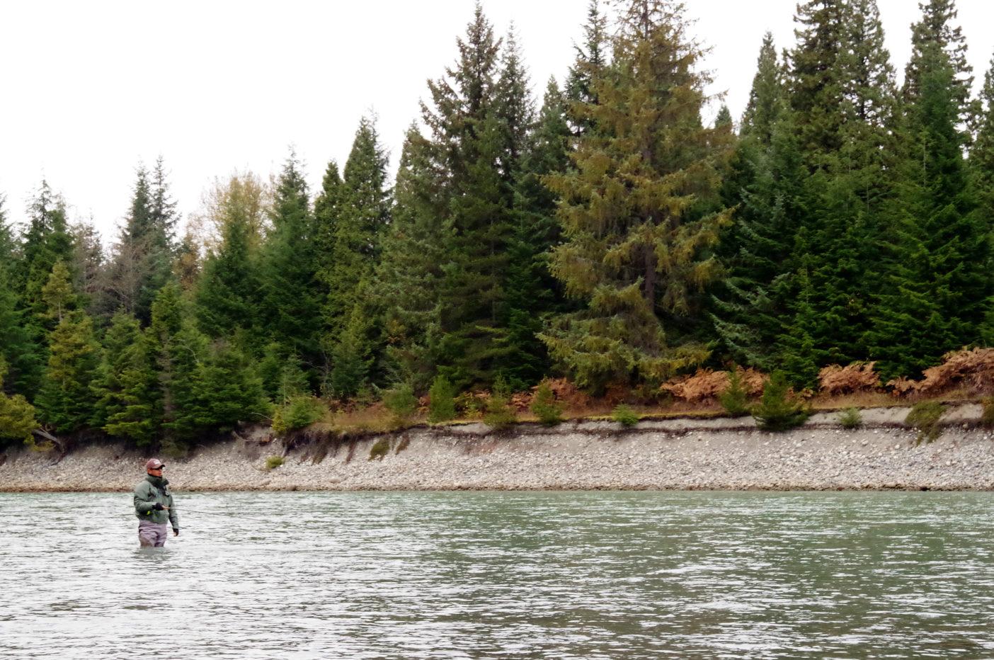護岸も無く水流に削られた川岸が露出しているケイラム川。写真:足立信正