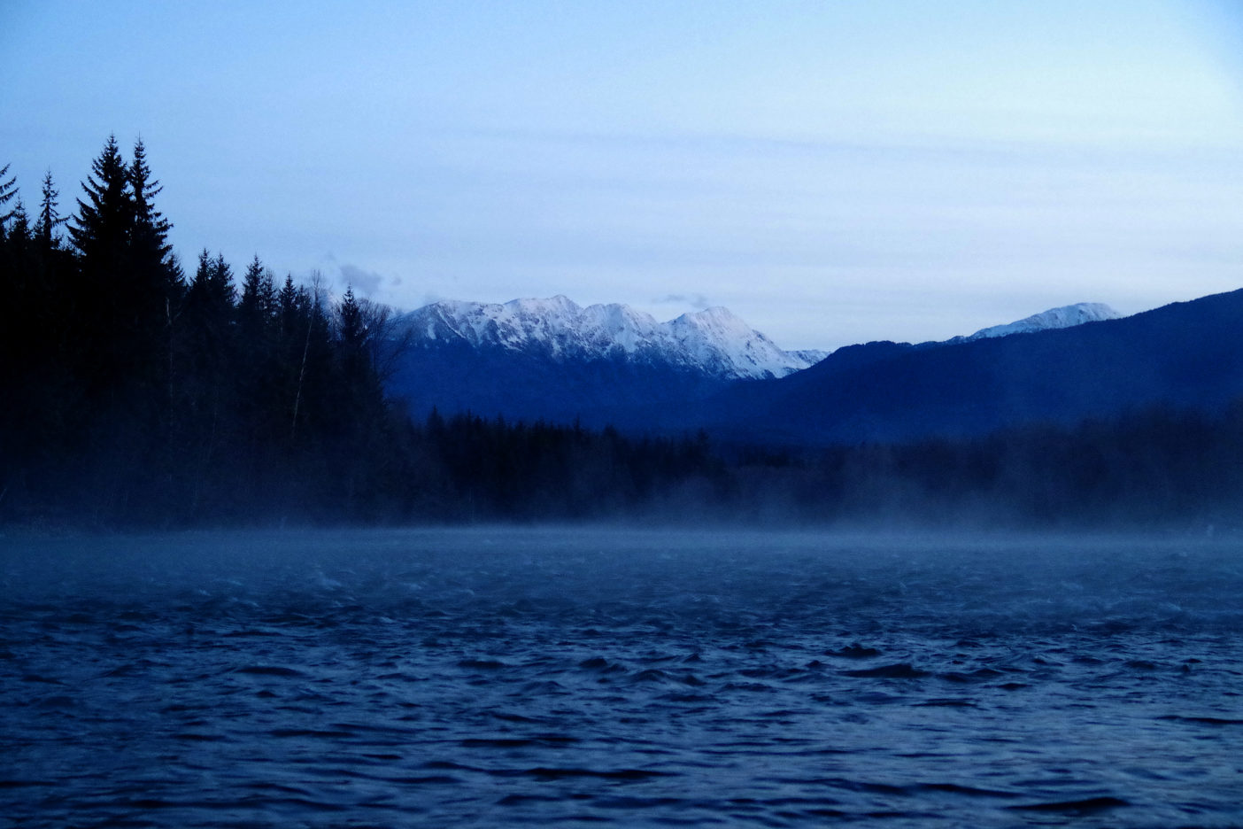 早朝、川面より霧が立ち込めるケイラム川。写真:足立信正