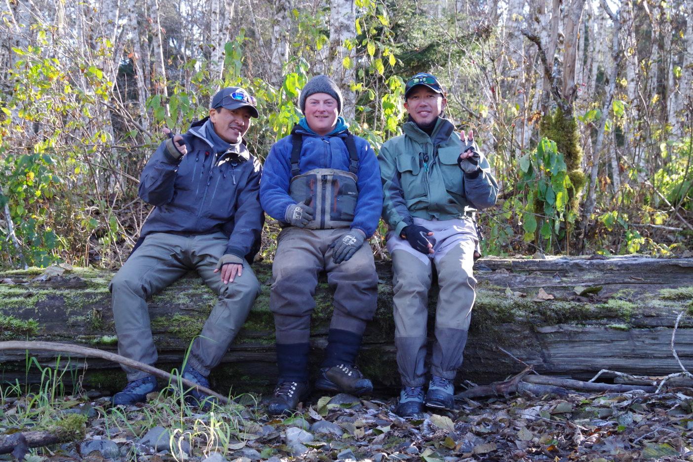 足立氏とガイドのトッドとのセルフポートレイト ケイラム川下流。写真:足立信正