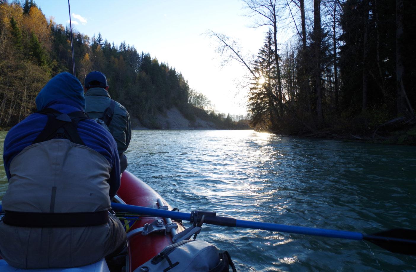 ラフトでケイラム川を下りながらポイントを目指す。写真:足立信正