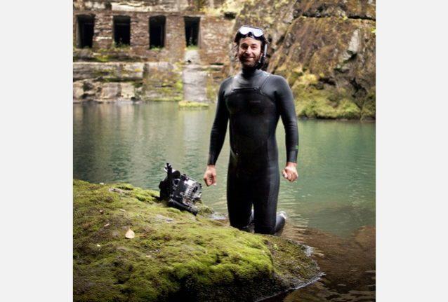 エルワ・ダムが撤去される前にその下で撮影中、休息を取る『ダムネーション』の共同制作者で水中撮影カメラマンのマット・シュテッカー。Photo: Ben Knight