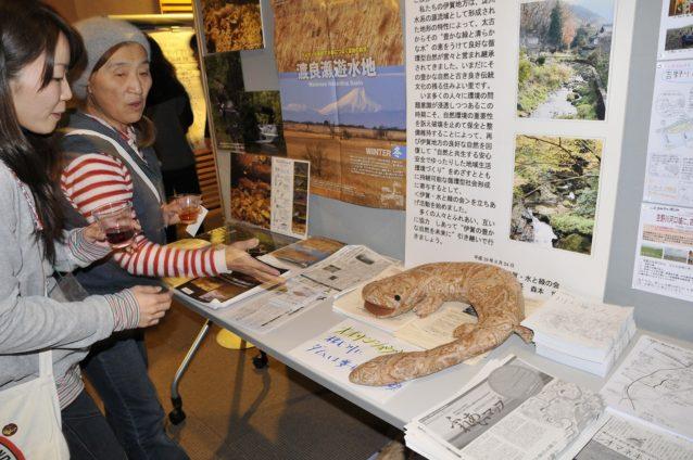 会場には参加団体のコーナーを設置し、互いの活動や問題について知っていただく機会としました。これは「伊賀・水と緑の会」の展示。写真:佐々木聡