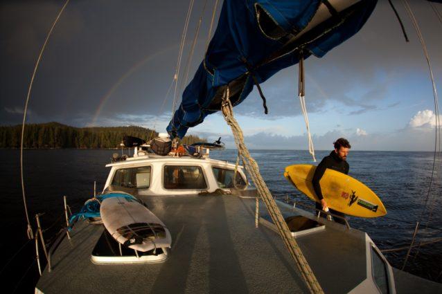 ボートから降りる準備をするダン・マロイ。Photo:Jeremy Koreski