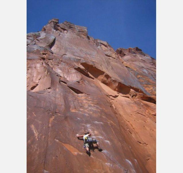 自分の能力の範囲内でどうやって登るかを考える。「サバービア」で緊張する著者。ユタ州モアブ。Photo: Heidi Spees