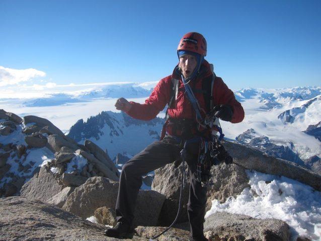 ルート、山頂、興奮:フィッツ・ロイ登頂を祝う「クランポン」ことクレイグ・スカリオット。Photo: Kelly Cordes