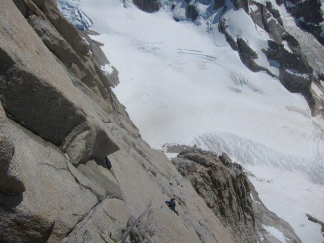 アファナシエフの2日目、ヘッドウォールのピッチを登るクレイグ・スカリオット。Photo: Kelly Cordes