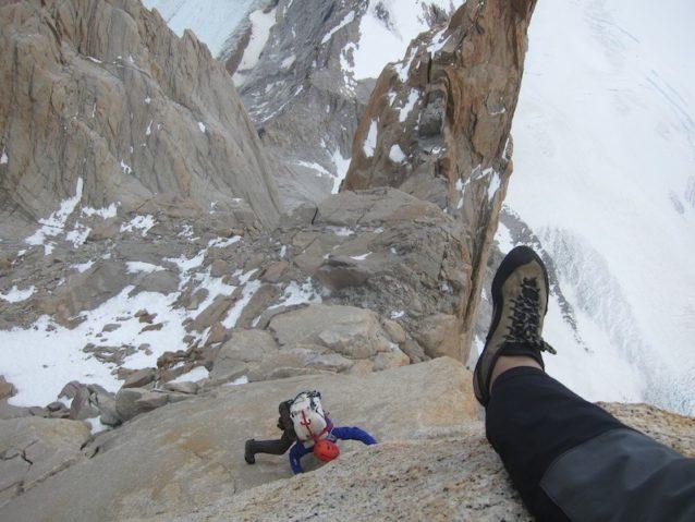 最後の困難なピッチをクルージングするクレイグ・スカリオット。だが頂上まではまだ300メートルを残す。Photo: Kelly Cordes