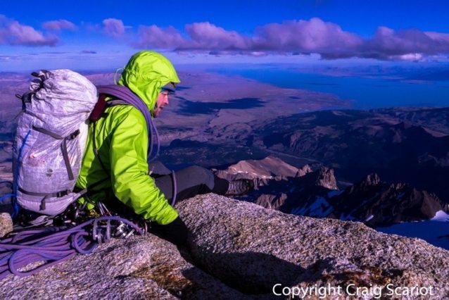 フィッツ・ロイ山頂のケリー。でもまだ行程の半分に過ぎない。フィッツ・ロイ山頂。Photo: Craig Scariot
