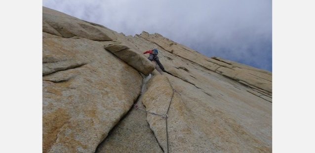 3日目、フィッツロイ北ピラーを登る横山。写真:増本 亮