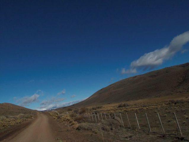 数千キロの未舗装の道と有刺鉄線が縦横するパタゴニア地方。この道は最近持続可能な放牧プロトコルを導入した50,000エーカーの牧場エスタンシア・エル・クロノメトロへとつづく。