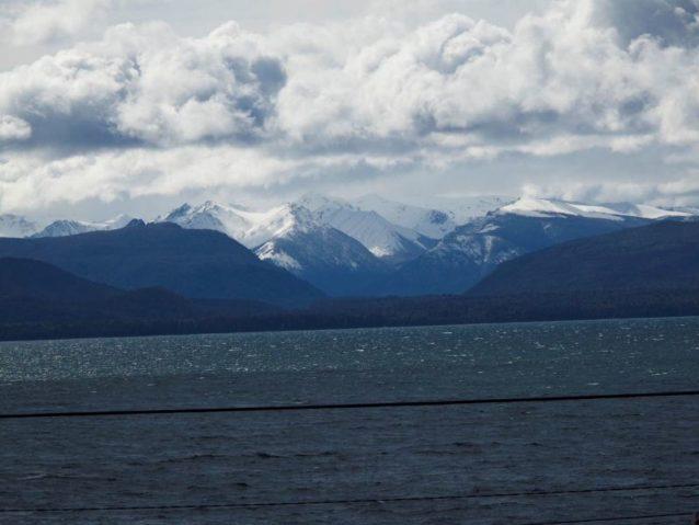 ナウエルワピ湖畔にあるバリローチェはコーディレラ山脈東側の観光地で、スキー、釣り、マウンテンバイク、登山など、さまざまなアウトドア・スポーツが楽しめる。〈ネイチャー・コンサーバンシー〉はこの町にオフィスを構え、草原プロジェクトを統括している。