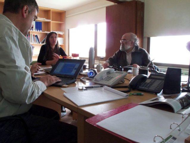 バリローチェに到着して〈ネイチャー・コンサーバンシー〉のスタッフから暖かい歓迎を受けたあと、プロジェクトの詳細を聞いた。(左から右へ)カルロス・フェルナンデス(プロジェクト・マネージャー)、グスタボ・イグレシアス、バレリア・ブラン