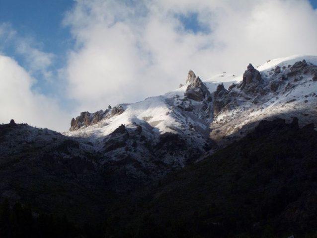 春先で、山にはまだ雪が降っていた。