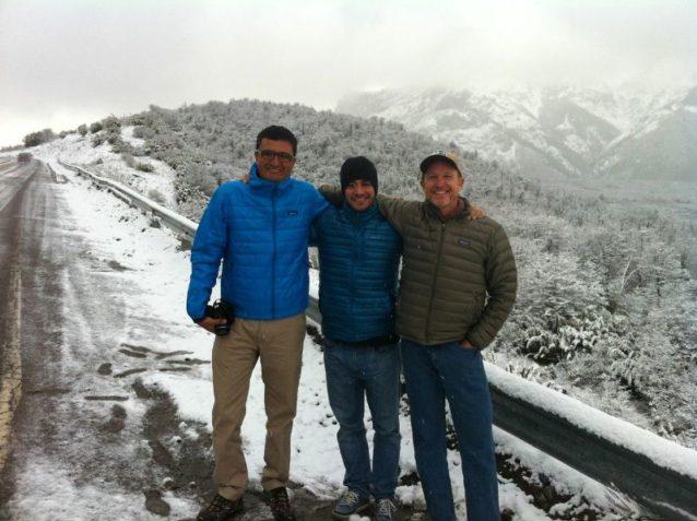 4人チームの3人(左から右へ)ディエゴ・オチョア(ネイチャー・コンサーバンシー)、クリストバル・コスタ(パタゴニア・ブエノスアイレス店社員)、ジム・リトル(僕)。ネイチャー・コンサーバンシーのグスタボ・イグレシアス(写真未掲載)は気長に写真を撮り、トラックを運転し、自然史を詳しく説明してくれたうえ、随時マテ茶を用意してくれた。Photo: Gustavo Iglesias