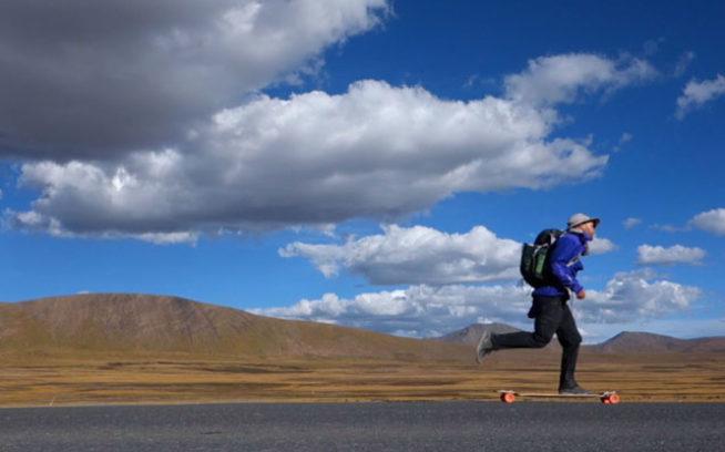 ちょうど大きな峠を越したところで、標高4,572メートルをスケートしながら興奮する僕。写真:アダム・コルトン