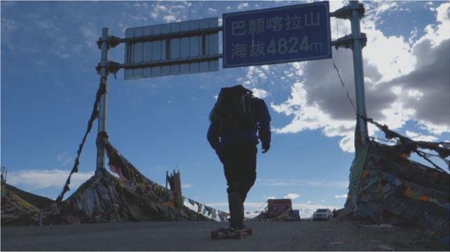 最高標高の峠を通り過ぎる。祈願旗は通常頂上を示す。写真:アダム・コルトン