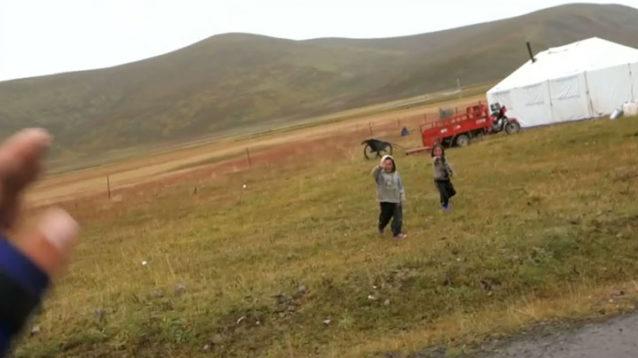 こんにちはを言いに僕を追いかけてくるチベットの子供たち。写真:アダム・コルトン