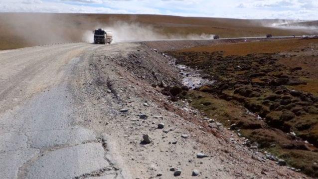 4,570メートル級の巨大な峠へとつづく道路工事。写真:アダム・コルトン
