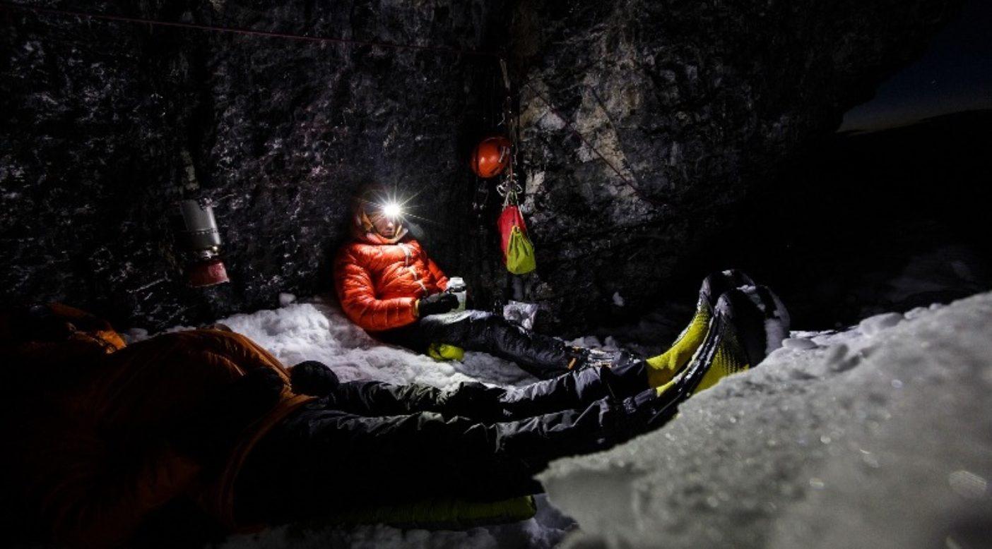 カナダのマウント・テンプルの北壁を半分登ったところで寒い休憩を取る、パタゴニアのアンバサダー、ディラン・ジョンソン(前面)とジョシュ・ワートン(エンカプシル・ダウン・ビレイ・パーカを着てヘッドランプを付けている)。Photo:Mikey Schaefer