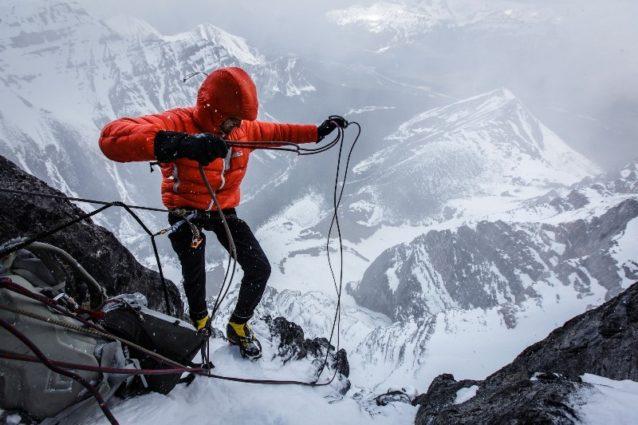 カナダのマウント・テンプルの北壁登攀中、物事をスムースに運営するパタゴニアのアンバサダー、ディラン・ジョンソン。Photo:Mikey Schaefer