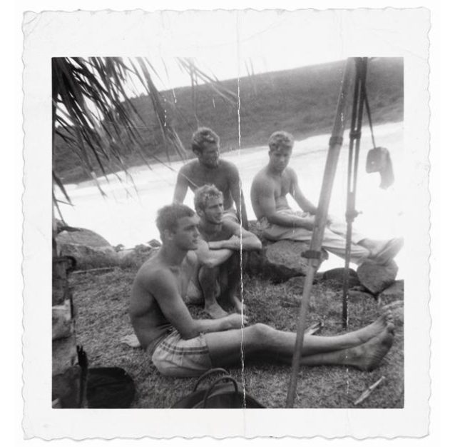 ワイメア・ベイでの朝のセッション後にリラックス:手前からグレッグ・ノール、俺、ボブ・バーメル、そしてその横にいるのがマイク・スタング。Photo:Mickey Muñoz Collection