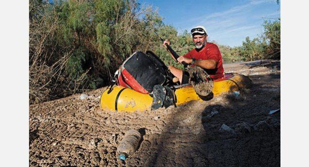 コロラド・リバーを5か月間パドリングしたあと、乏しくなっていく水を進むジョン・ウォーターマン。ピート・マクブライドの素晴らしい映画『Chasing Water(水を追いかけて)』より。Photo: Pete McBride