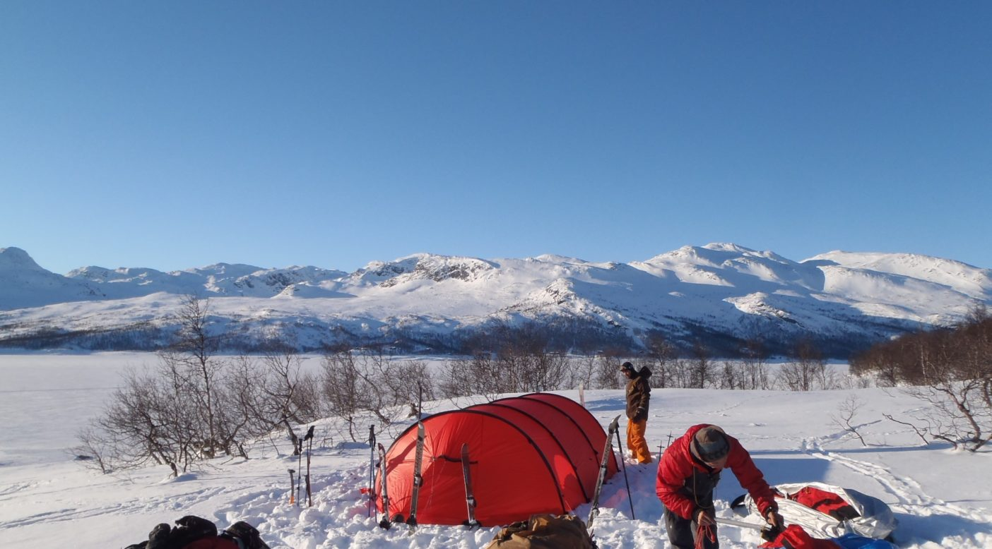 出発して最初のキャンプ。高原に上がる前の湖畔