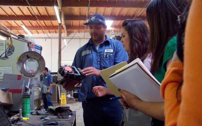 カリフォルニア州ベンチュラのトゥルーパート・マニファクチャリング社の社長シェーン・プルコップが、パタゴニアのソーシャル/エンバイロメンタル・レスポンシビリティのチームにパタゴニアのために製造しているリバー・クランポンを見せる。Photo: Jim Little