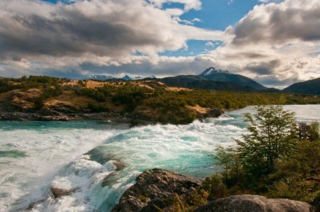 バケル川とネフ川の合流点 この滝はダムが建設されれば貯水池となってしまう。チリ領パタゴニア。写真:ジェームス・Q・マーティン