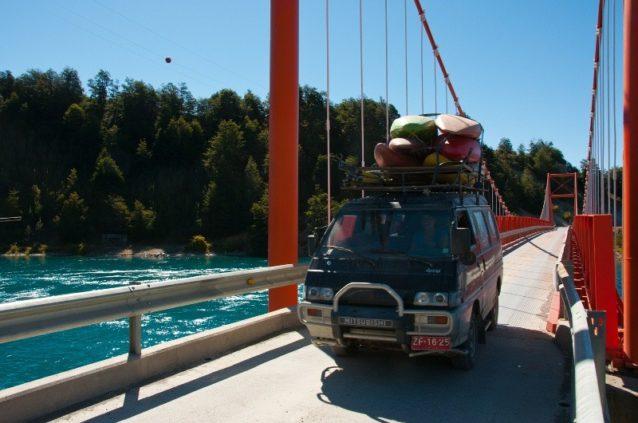 2010年、『Power in the Pristine』の映画を撮影中に、アイセン地方をドライブするリオ・リブレのチーム。写真:ジェームス・Q・マーティン