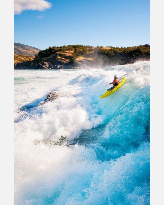 2010年、『Power in the Pristine』の映画を撮影中にバケル川とネフ川の合流点のクラス5の水にドロップするティミー・オニール。チリ領パタゴニア。写真:ジェームス・Q・マーティン