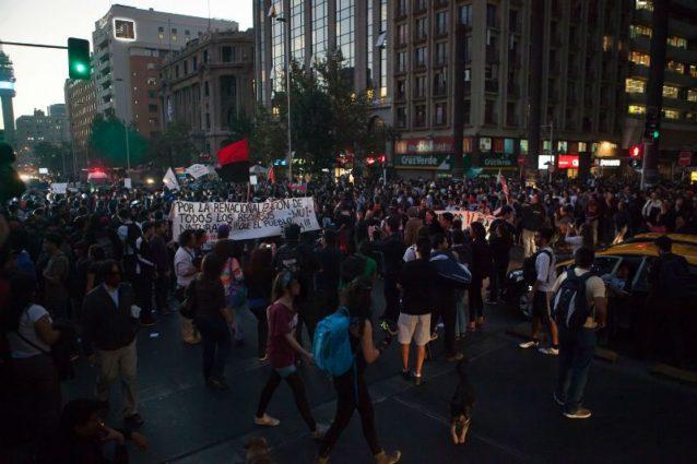 チリ、サンチアゴでのダム抗議集会。Photo:James Q Martin