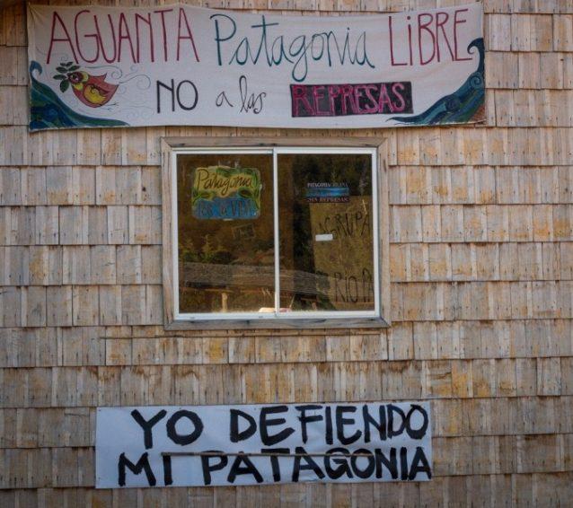 チリ、ビラ・オヒギンスの家に記されたダム反対のメッセージ。Photo:James Q Martin