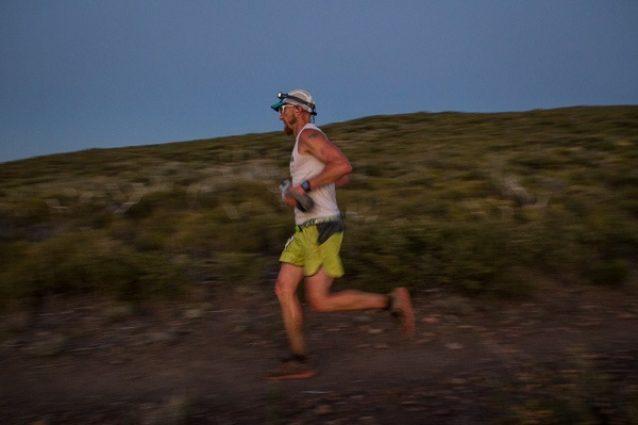 「2013 San Diego 100 Mile Endurance Run」で勝利への道をいくパタゴニア・アンバサダーのジェフ・ブラウニング Photo: Jeff Johnson
