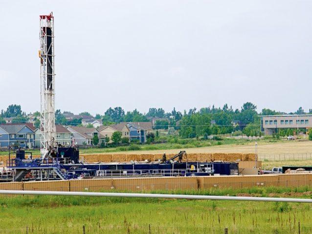 小学校から草地を隔てただけの場所にある、エリー町内のフラッキング式の天然ガス採掘地。Photo: Topher Donahue