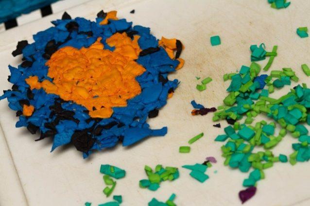 ホットプレートを使った実演の結果:チップ状になったプラスフォーム(右)と、ホットプレートで焼きたてのプラスフォームのホットケーキ(左)。「クッキーの生地と同じで、余分の屑や切れ端も全部元の生地に練り込んで、無駄なく利用できる」Photo:Branden Aroyan