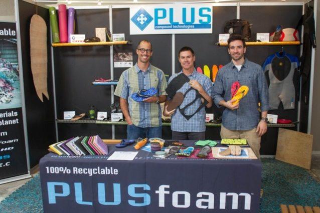 パタゴニアはアウトドア・リテイラーの展示会ではじめてプラスフォーム社のメンバーと知り合う。プラスフォームのブースで展示されている製品はすべて100%再生可能なプラスフォームからできている。(写真左から)ジェイソン・スタンソン、ブレット・リター、マイク・カー。Photo:Branden Aroyan