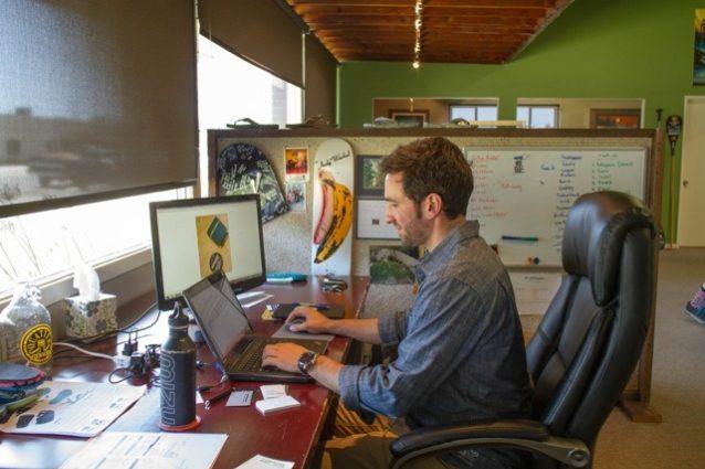 ニューポート・ビーチにあるプラスフォームのオフィス内も、リサイクル品でいっぱい。マイクの机は古いドア。Photo:Branden Aroyan
