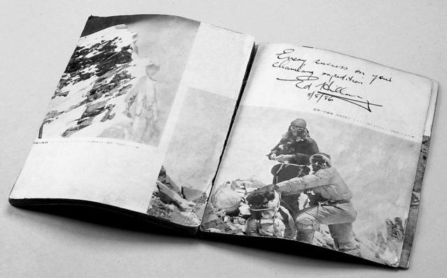 ネパールヒマラヤ、チャムラン遠征時に、エドモンド・ヒラリー卿から寄せられたメッセージ。『エヴェレストへの闘い―征頂記録写真集―1951~1953(1953年、朝日新聞社刊)』。写真:新谷暁生