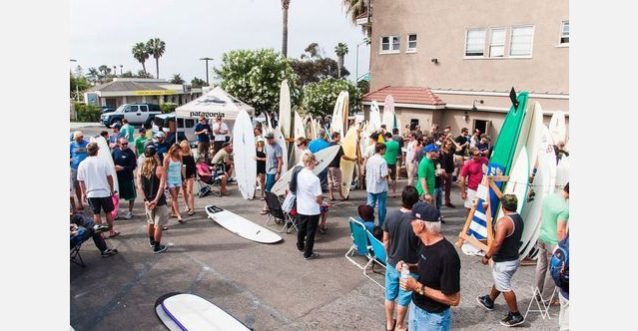 サーフボード交換のためにパタゴニア・カーディフ店に集まるサンディエゴのサーファーのコミュ二ティ。