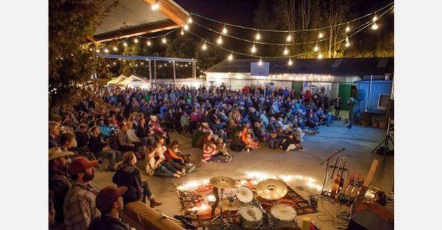 無料のコミュニティ・イベントはあらゆる年齢層を集める最適な方法。グレート・パシフィック・アイアン・ワークスでの試写会。Photo: Jeff Johnson