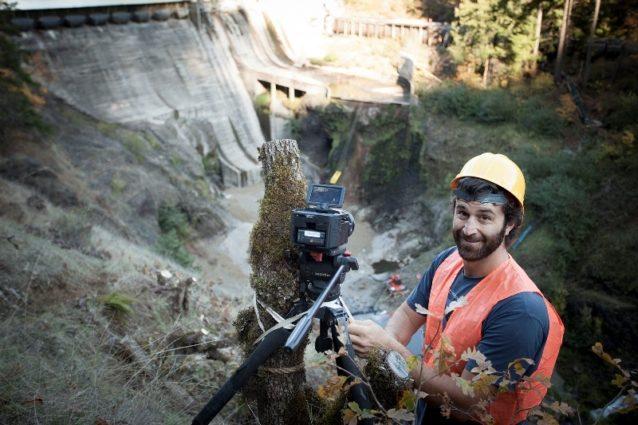 ワシントン州のコンディット・ダムの爆破による撤去の前日にカメラを設置する共同プロデューサーのマット・シュテッカー。Photo: DamNation