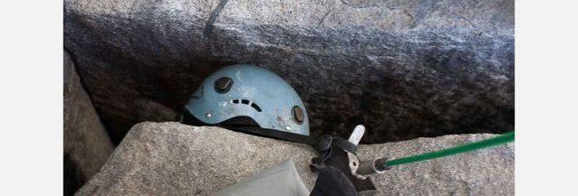 「ノーズ」のキャンプ6のレッジの奥の溝から回収されたヘルメット。©Dave N. Campbell