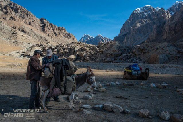 ベースキャンプで11時、ラクダとラバの荷造りが終わる。僕らはこのすごい場所を後にするのだ。ステファンの足が早く治療してもらえることを期待して。