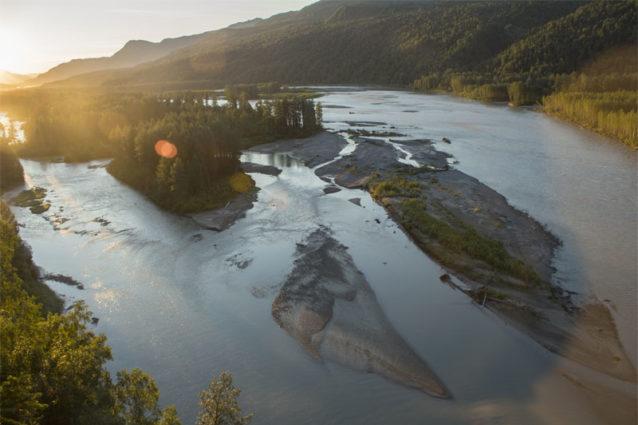 夏の日の出に染まるスシトナ川。Photo: Travis Rummel