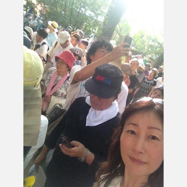日比谷公園から出発する原発再稼働反対のデモ行進にて、「エネルギー基本計画」へのパブコメに参加を呼び掛けるちらしを配布中の寺倉聡子。写真:寺倉聡子