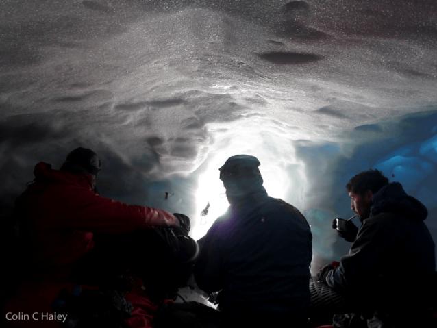 パタゴニアの南氷冠の雪洞でマテ茶を分け合うレオ、マックスとルチョ。Photo: Colin Haley